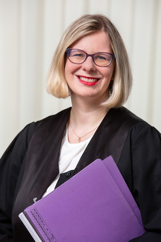 Ulrike Schmidt-Fleischer mit Akten