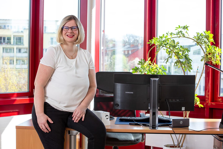 Ulrike Schmidt-Fleischer vor ihrem Schreibtisch