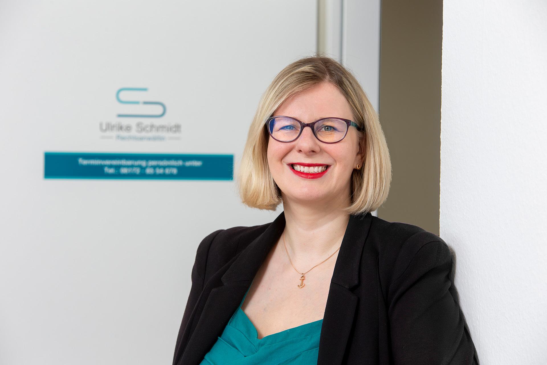 Ulrike Schmidt-Fleischer vor Eingangstür